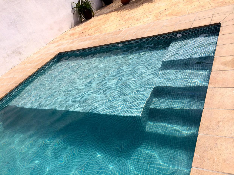 Revestimientos con gresite o vitreo de piscinas en granada for Colores de gresite
