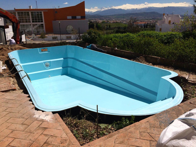 Instalacion piscinas de poliester prefabricadas en granada for Piscinas de hormigon armado