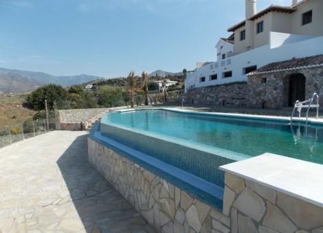 Piscina desbordante en Granada con infinity pool