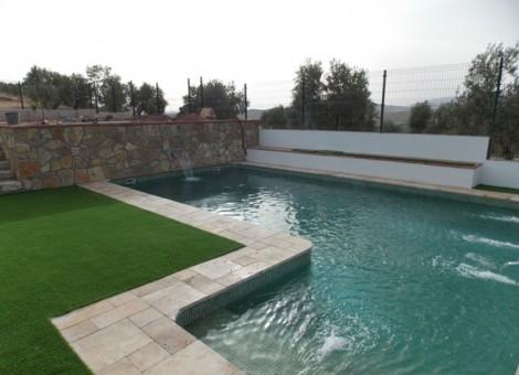 Piscina original con cascada en Granada