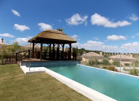 Construcción de piscina larga con merendero en Granada