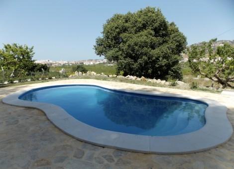 Piscina de obra con forma ovalada en Granada