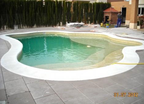 Piscina de obra ovalada para uso privado en Granada