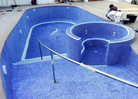 Piscina con zona de spa y fácil acceso con baranda