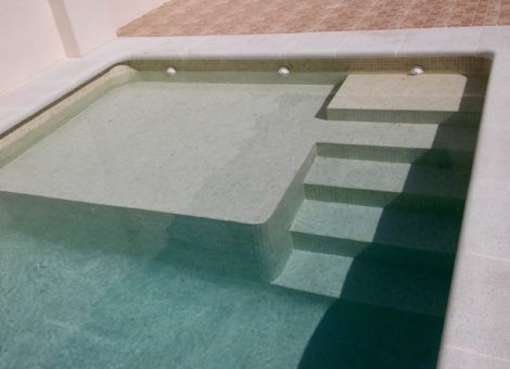 piscina de obra con gresite marrón