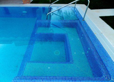 piscina con bancos de obra en Granada
