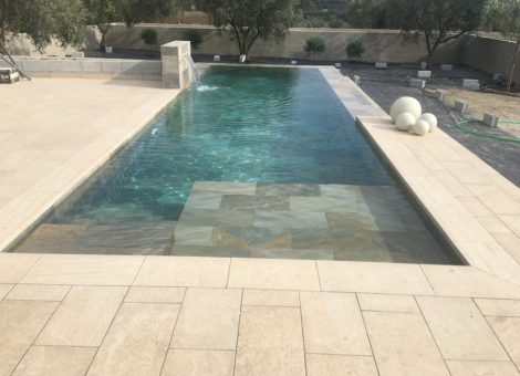 piscina de diseño con cascada en Granada
